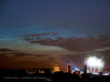 lichtende nachtwolken boven Maastricht