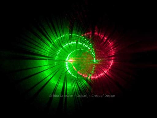 lichtkunst met rood en groen laserlicht